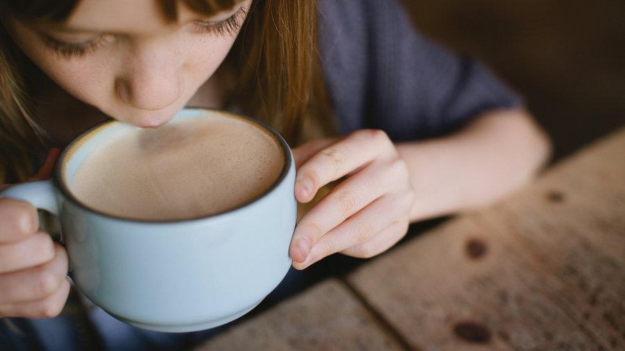 děti pijí kávu